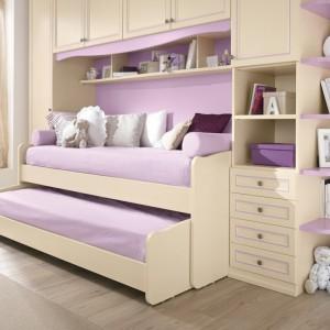 Łóżko z wysuwanym materacem to dobre rozwiązanie do małego pokoju. Po przebudzeniu dziecka dolne łóżko można wsunąć, stwarza to dodatkowe miejsce w pokoju. Fot. Spar