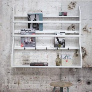 Biała półka z jest atrybutem skandynawskich wnętrz. Ta na zdjęciu idealnie nadaje się zarówno do zawieszenia w kuchni i przechowywania ozdobnych talerzy, jak i do salonu czy gabinetu do przechowywania gezet czy też ksiażek. Propozycja marki House Doctor. Fot. Square Space