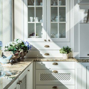 Ażurowe fronty to także znak rozpoznawczy rustykalnych kuchni. Fot. Vigo/Max Kuchnie