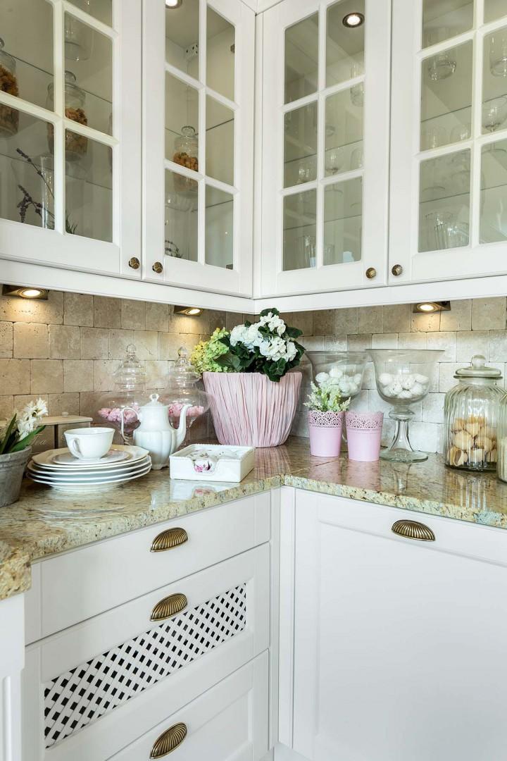 Ważną sprawą w rustykalnej kuchni są witryny. Fot. Vigo/Max Kuchnie