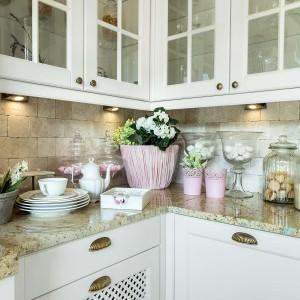 Ważną sprawą w rustykalnej kuchni są witryny. Sielska kuchnia przechowuje wiele szkła i wszelkich ceramicznych bibelotów, dlatego istotne jest, aby je odpowiednio wyeksponować. Fot. Pracownia MebliVigo/Max Kuchnie