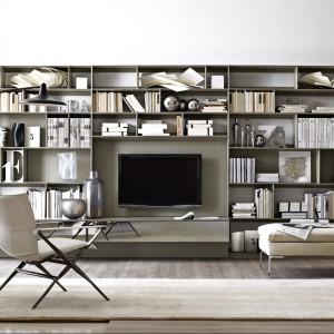 Duża ściana w pełni zabudowana półkami to dobra propozycja dla osób, które mają dużo książek. Fot. B&B Italia
