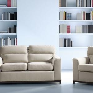 Dwuosobowa sofa Cetros oprócz klasycznej formy posiada także funkcję spania. Rozkłada się poprzez wysunięcie dolnego siedziska do przodu. To doskonała propozycja do niewielkich salonów. Dodatkowo do kompletu można dokupić fotel. Cena: 1.644 zł. Fot. Libro