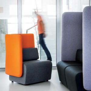 Siedziska Mont to meble zaprojektowane i wyprodukowane przez Sitag Formy Siedzenia. Stworzone z myślą o przestrzeni biurowej, dzięki wysokiemu oparciu i zakrytych bokach tłumią hałas i zapewniają chwilę prywatności. Fot. Piotr Frąckowiak