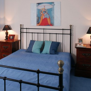 W sypialni o ograniczonych wymiarach warto postawić na jasną kolorystykę ścian, która optycznie powiększy pomieszczenie. Projekt. Tomek Markowski. Fot. Bartosz Jarosz