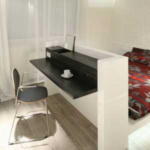 Nawet w małej sypialni można wygospodarować miejsce do pracy. Sekretarzyk sprytnie połączony z niewielkim łóżkiem pozwala na dokończenie pracy czy opłacenie pilnych rachunków. Projekt: Dominik Respondek Fot. Bartosz Jarosz