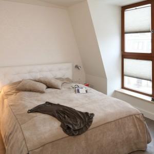 W tej sypialni architekt postawił na transparentne, niemal niewidoczne szafki nocne. Projekt: Małgorzata Borzyszkowska Fot. Bartosz Jarosz