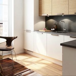 Kuchnia marki HTH to połączenie koloru białego z jasnym dekorem z rysunkiem dębu. Fot. HTH