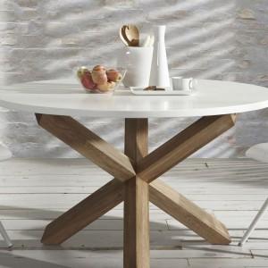 Ten stół dzięki nietypowej nodze z pewnością będzie skupiał na sobie uwagę, zaś stylistyką idealnie wpasuje się do skandynawskich wnętrz. Fot. Le Pukka