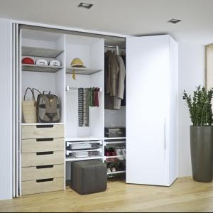 Garderoba z systemem Hawa Concepta. Drzwi uchylno-składane pozwalają na montaż garderoby nawet w wąskich pomieszczeniach. Fot. Peka
