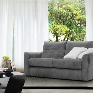 Sofa Agra pochodzi z wielomodułowego programu, który jest bardzo uniwersalny. Uwagę zwracają przeszycia i pikowania na siedziskach, poduszkach oparciowych i boku podłokietnika. Sofa o wysokim komforcie wypoczywania i dobrej ergonomii. Fot. Poldem