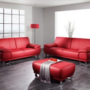 Komfortowy zestaw wypoczynkowy Agata o nowoczesnej bryle.  Sofa dwuosobowa, trzyosobowa i pufa - z takich brył możemy skomponować wygodny zestaw. Każda bryła może stanowić samodzielny mebel. Dostępne są w tkaninach, skórach ekologicznych i skórach naturalnych, w różnej kolorystyce. Fot. Cotta
