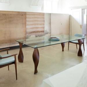 Stół Fou to delikatna tafla szkła umieszczona na czterech finezyjnie skręconych nogach. To kontrastujące połączenie siły i delikatności. Fot. Porada