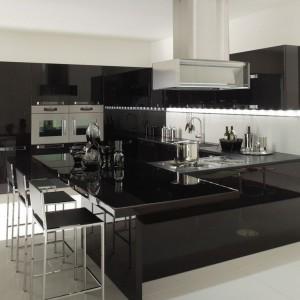 Oświetlenie zamontowane pod górnymi szafkami sprawia, że kuchnia niemal błyszczy. Fot. Veneta Cucine