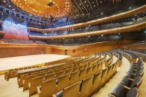 Sala koncertowa z fotelami Nowego Stylu