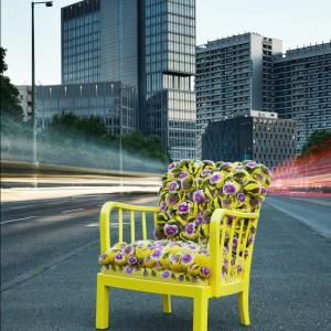Ręcznie wykonane krzesło z siedziskiem, które tworzy 260 ręcznie formowanych pomponów. Motywy widoczne na pomponach przedstawiają azjatyckie kwiaty. Fot. Myk
