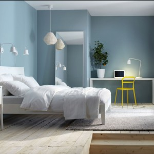 Białe łóżko to zawsze dobra opcja. Fot. IKEA