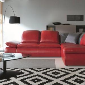 Narożnik Sono w kolorze soczystej czerwieni idealnie uzupełni kobiecy salon. Lekko pochylone do tyłu poduchy oparcia zapewniają maksymalny komfort. Fot. Gala Collezione