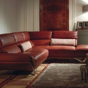 Rapsodia marki Kler to elegancja i klasa sama w sobie. Połyskujące, stalowe nóżki czynią sofę lekką i zwiewną, a skórzana tapicerka dodaje jej wyjątkowej nonszalancji. Fot. Kler
