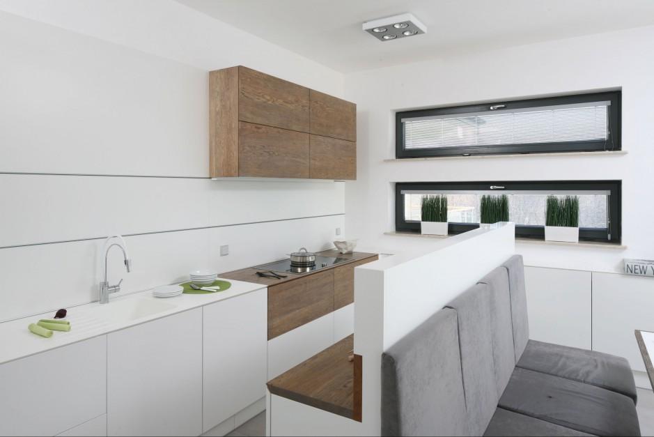 Nowoczesne aranżacje kuchni są również bardzo praktyczne. Duże ilości gładkich powierzchni i minimalna ilość dekoracji sprzyjają utrzymaniu w niej czystości. Projekt: Konrad Grodziński. Fot. Bartosz Jarosz