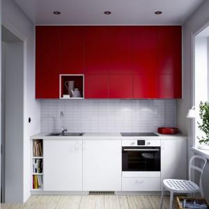 Wysoka górna zabudowa w czerwonym kolorze doskonale współgra z bielą szafek dolnych. Fot IKEA