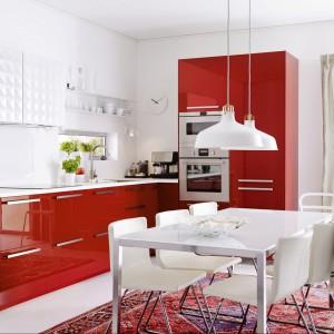 Czerwona kuchnia to doskonały wybór do aneksów otwartych na salon. Fot. IKEA