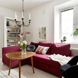 Kolor w białym pomieszczeniu to coś, na co nie sposób nie zwrócić uwagi. W tym przypadku jest to kanapa w różowym kolorze. Fot. Stadshem