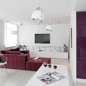 Mieszkanie pełne kontrastów, gdzie soczysty fiolet miesza się z chłodną bielą. Projekt: Anna Maria Sokołowska, pracownia Dragon Art. Fot. Bartosz Jarosz