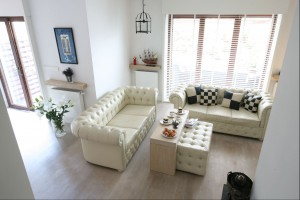 Sofa w salonie. Takie meble wybrali Polacy