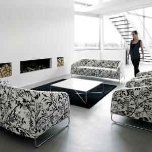 Pełna kolekcja sof i foteli z charakterystyczną czarno-białą tkaniną w kwiaty. Dobrze wygląda jako komplet, a ustawiona wraz z stolikiem na przeciw kominka tworzą ciepły zakątek w domu. Fot. Artek