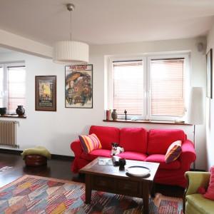 W tym salonie najbardziej uwagę zwraca miękka sofa w czerwonym kolorze. Projekt: Magdalena Misaczek. Fot. Bartosz Jarosz