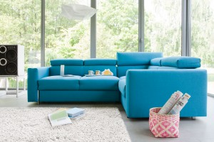 Niebieska sofa w salonie - zobacz inspiracje!