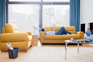 Sofa w salonie. Najpiękniejsze modele w wiosennych kolorach