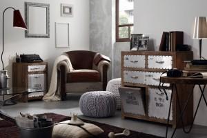 Fotel i puf w salonie. Postaw na modne szarości