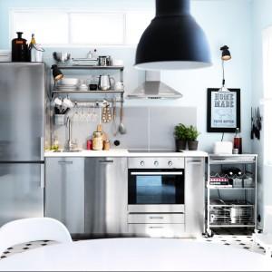 Zabudowa kuchenna w kolorze srebrzystej stali to nie tylko modna, ale i praktyczna stylizacja. Gładka powierzchnia jest łatwa do utrzymania w czystości i odbija światło, które dodaje pomieszczeniu przestrzeni. Fot. IKEA