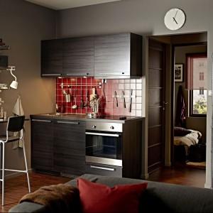 Mała zabudowa z gotowych szafek to dobre rozwiązanie niedrogie i praktyczne. W tej aranżacji na ścianie obok szafek kuchennych powieszono półki, z których najniższa służy także za stolik. Fot. IKEA