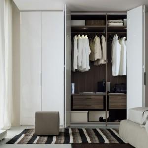 Drzwi składane w harmonijkę to bardzo praktyczne rozwiązanie. Dzięki niemu po otarciu szafy mamy doskonały dostęp do przechowywanych wewnątrz rzeczy. Fot. Poliform