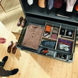 Separatory oraz specjalne pojemniki umieszczone w szufladach pozwolą na łatwe utrzemanie porządku w garderobie. Fot. Blum