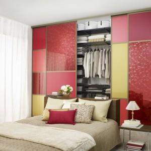 Różne kolory na płycie drzwi przesuwnych tworzą ciekawą dekorację po zamknięciu szafy. Fot. Elfa