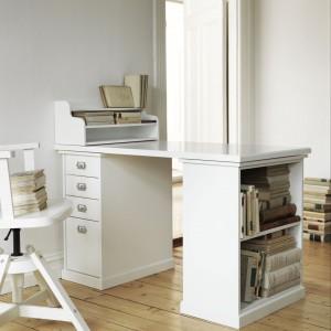 Biurko Klimpen z wygodnymi półkami i nadstawką. Fot. IKEA