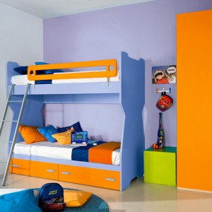 Jeśli decydujemy się na piętrowe łóżko warto pamiętać o barierce zabezpieczającej dziecko przed upadkiem. Meble