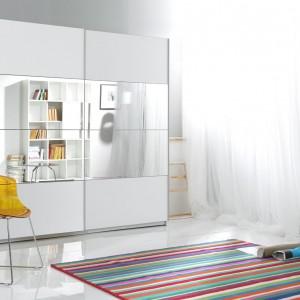 Beta to biała szafa z drzwiami przesuwnymi, na których środku zamocowano lustra. Fot. Helvetia
