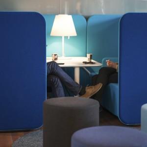 Oddzielona ściankami strefa do indywidualnych spotkań to rozwiązanie, które powinno się znaleźć w każdym biurze typu open space. Fot. Martela