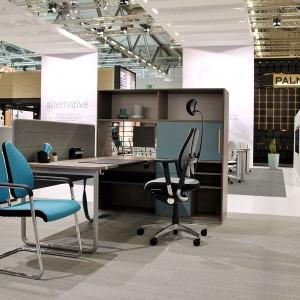 Ważne, aby poza wygodą, meble biurowe czyli fotele i biurka miały nowoczesny designerski wygląd. Na otwartej przestrzeni łatwiej o oszałamiający efekt. Fot. Nowy Styl