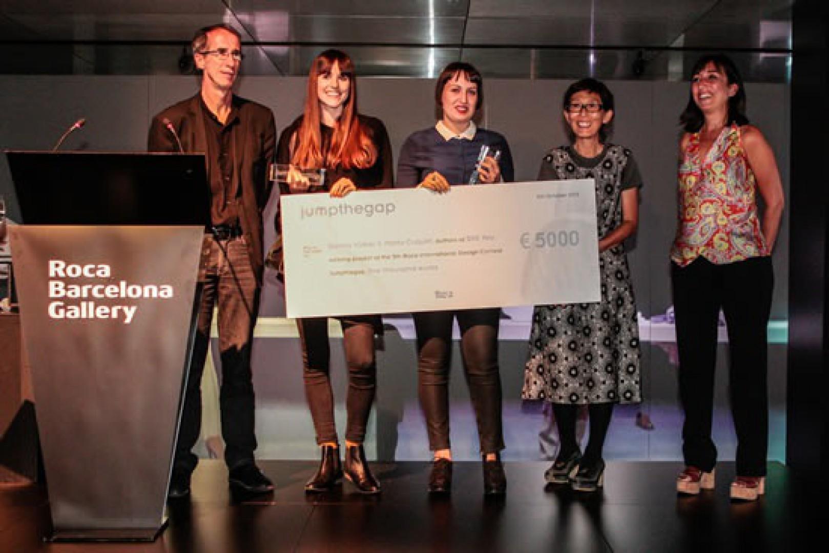 Na zdjęciu przedstawiciele firmy w towarzystwie Marty Cuquet i Sanny Völker - zwycięzców poprzedniej edycji konkursu. Fot. Roca