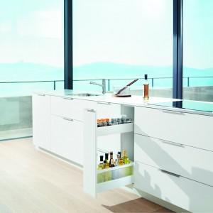 Niskie i wąskie szafki cargo pozwolą zaadoptować szafki kuchenne w pełni. To doskonałe miejsce do przechowywania butelek czy wąskich przedmiotów, jak deski do krojenia. Fot. Blum