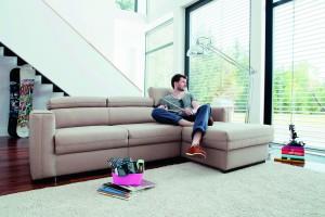 Sofa w salonie. Modne modele w jasnych kolorach