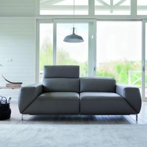 Sofa Bosco ma ciekawy kształt, uwagę zwracają nie tylko nietypowe boczki, ale także cieniutkie, metalowe nóżki. Fot. Bizzarto