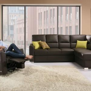 Największą zaletą narożnika Alto jest głębokie siedzisko i doskonale wyprofilowane oparcie, które sprawiają, że siedzi się wygodnie i komfortowo. Fot. Wajnert Meble