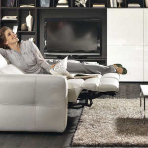 Sofa Brio włoskiej marki Natuzzi została wyposażona w elektryczny mechanizm, który pochyla oparcie i rozkłada podnóżek.  Fot. Natuzzi
